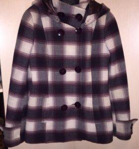 Пальто утепленное, есть пояс и капюшон.