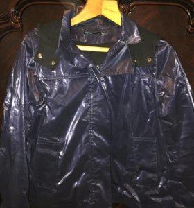 Куртка-ветровка темно-синего цвета .