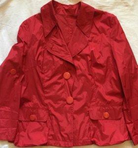 Куртка-ветровка красного цвета.