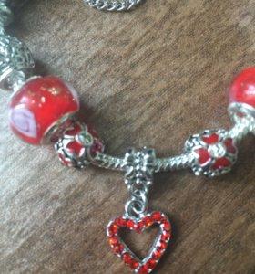 Серебряный браслет с красными шармами