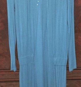 Платье темно-бирюзового цвета.