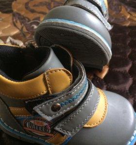 Новые демисезонные ботинки р.21