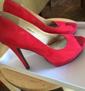 Туфли замшевые красного цвета
