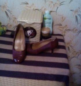 Туфли на небольшом каблучке,вишневого цвета.