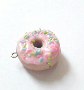 Кулон / брелок пончик с розовой глазурью .
