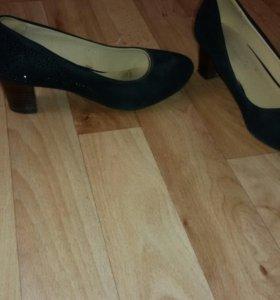 Туфли чёрные.
