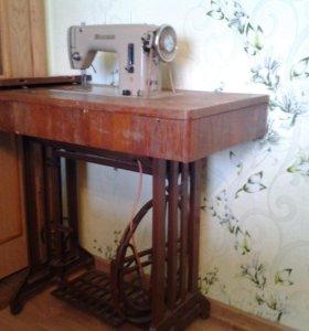Старинная чехословацкая швейная машинка