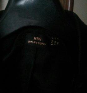 Женская кожаная куртка фирмы Mango