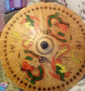 Декоративный зонт из банановых листьев