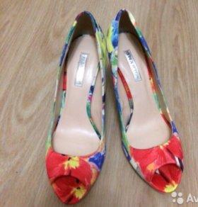 Новые яркие туфли на каблуке.