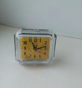 Часы-будильник.