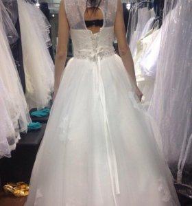 Свадебное платье и фата,цвет айвори.