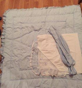 Одеяло голубое с лентой и пелёнка-уголок.