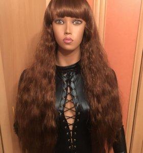 Коричневый волнистый парик с челкой