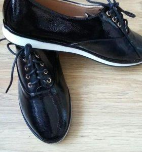 Новые лакированые ботинки