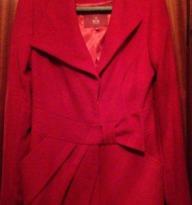 Демисезонное красное пальто 44 размер