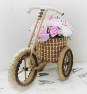 Велосипед с горшочком цветов