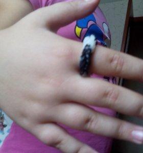 Кольцо плетеное из резиночек