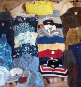 Пакетом одежда и обувь.