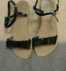 Лаковые сандали с бантом