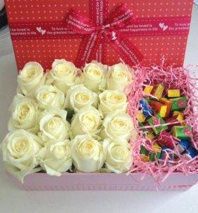 Подарочные коробочки с цветами и подарком