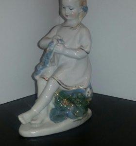 Фарфоровая статуэтка Гжель Девушка плетет венок.