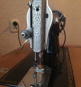 Стариная швейная ножная машинка