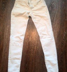 Белые джинсы манго