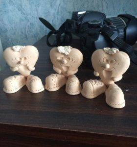 Фигурки сердечек из глины