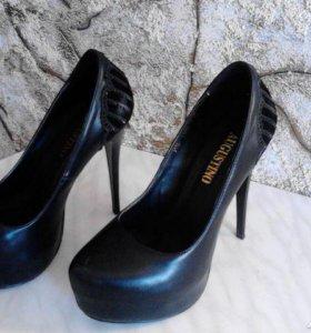 Шикарные туфли(лабутены).