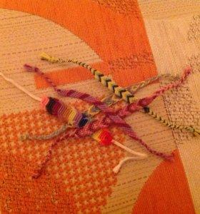 Пять фенечек из ниток мулине с разными узорами.