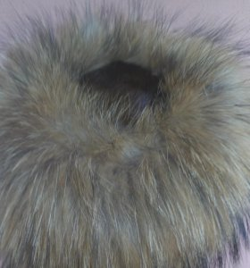 Шапка из вязанной норки, отделка енот