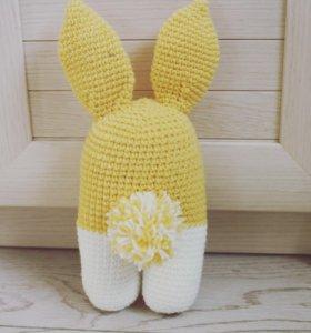 Вязаная игрушка (двуногий кролик)