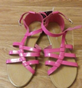 Яркие сандалии