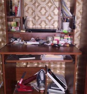 В хорошем состоянии компьютерный стол