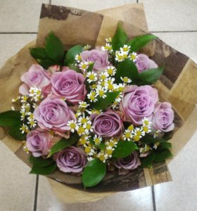 Букет из 11 роз и ромашек