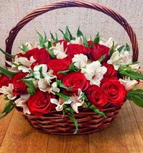 Букет из роз и альстромерии в корзинке
