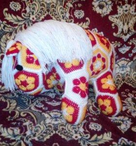 Вязаная игрушка лошадь