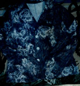Синий пиджак с белыми цветами
