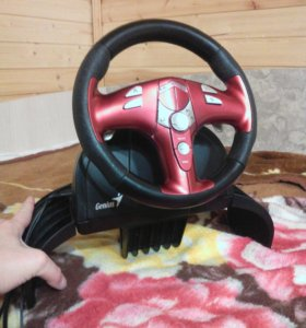 Гоночный руль для игр на компьютере, PS3 и Wii.