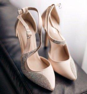 Бежевые туфли со стразами