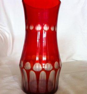 Красная ваза для цветов времен СССР