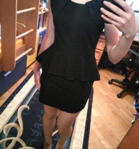 Черное платье-сарафан с баской