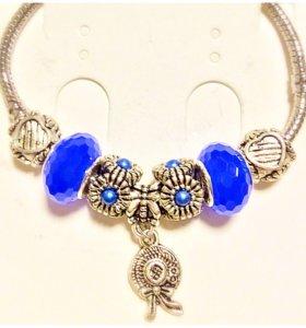 Женские браслеты с шармами в ассортименте.