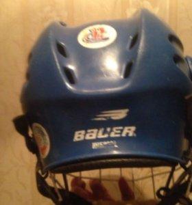 Два нагрудника хоккейных и налокотники и шлем