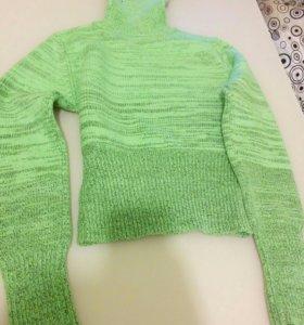 Теплый новый свитер.