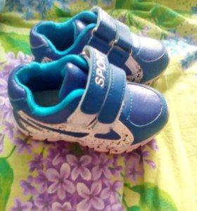 Продам кроссовки на мальчика 22 размер
