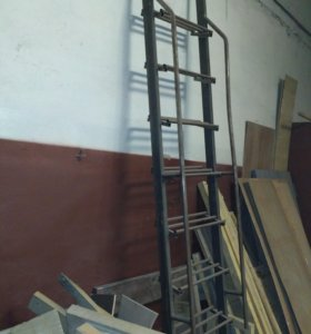 Лестница металлическая с перилами