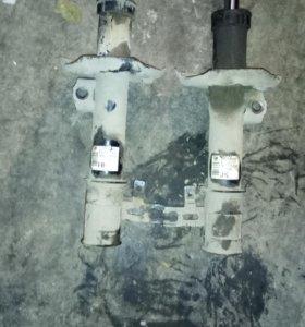 Стойка амортизатора передняя левая Opel Zafira-B