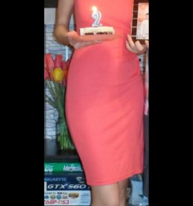 Коралловое платье-футляр
